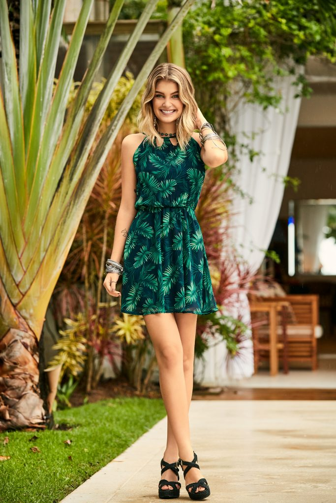 vestido com estampa tropical