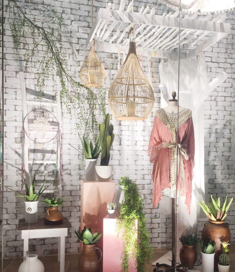 Vitrine com decoração e ambientação planejada. Demonstração de como montar uma vitrine