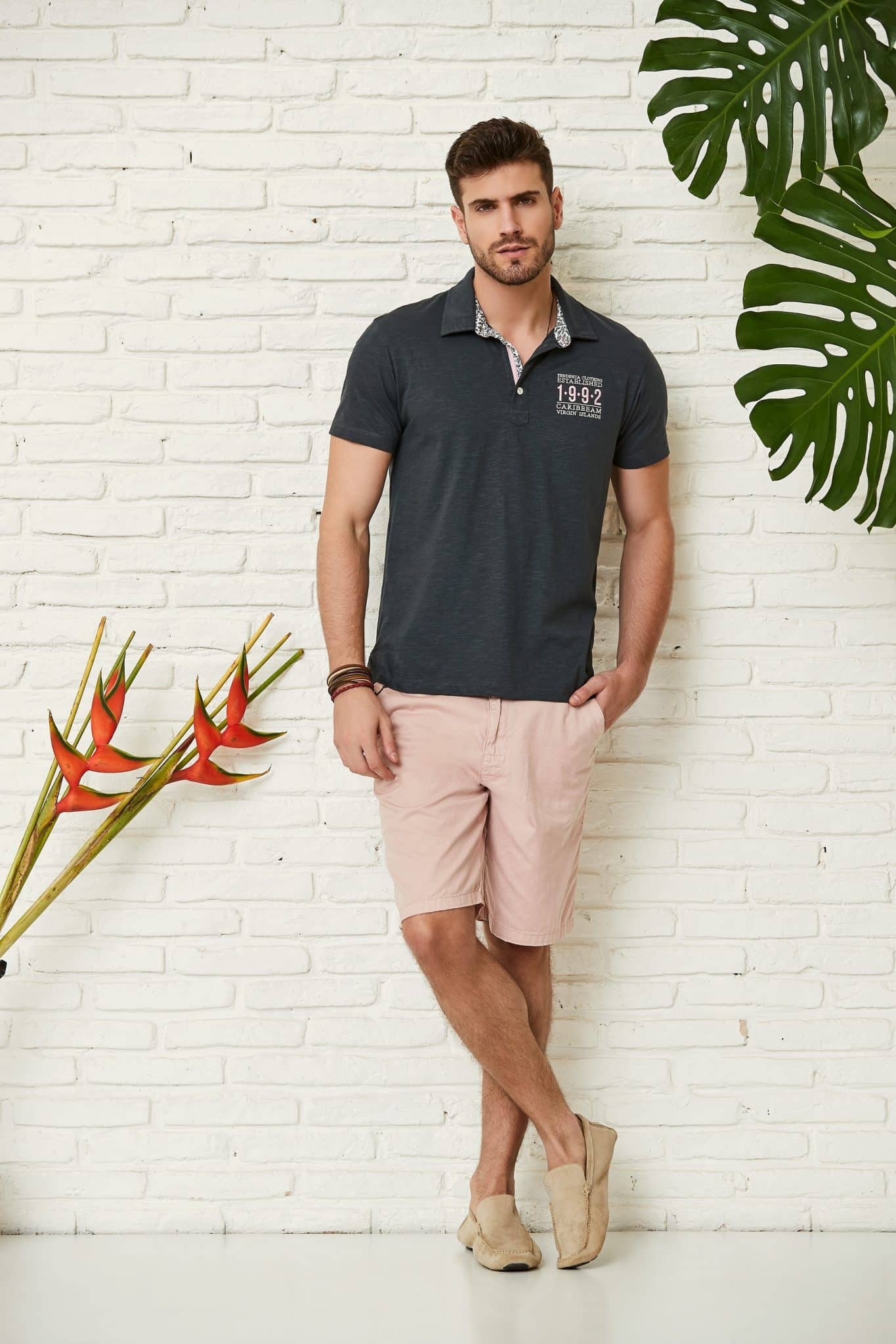 blusa polo cinza combinada com bermuda rosê