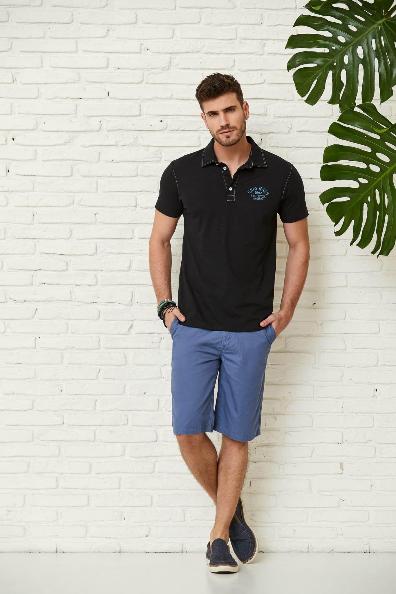blusa polo preta combinada com bermuda azul