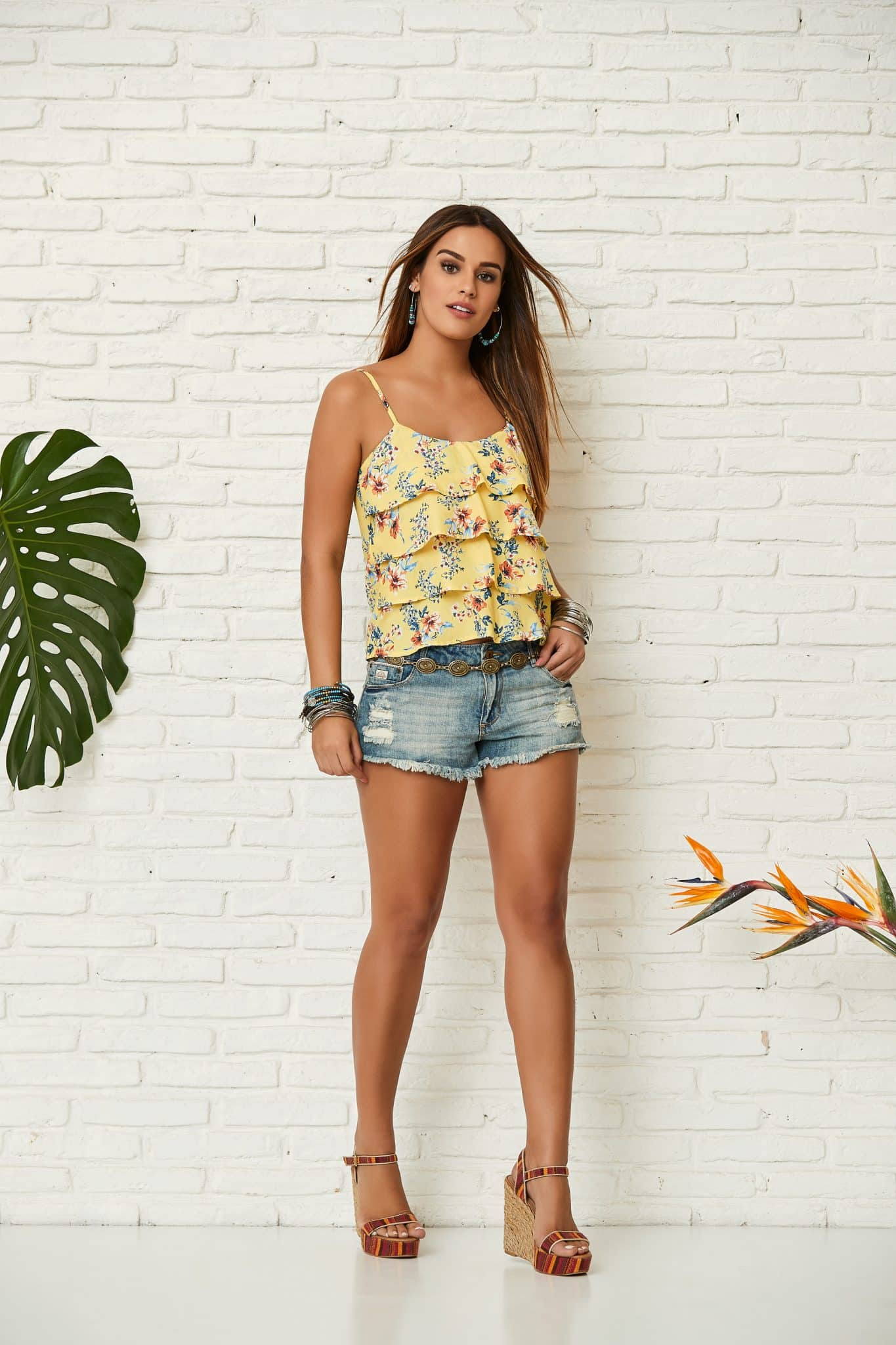 blusa amarela com short jeans