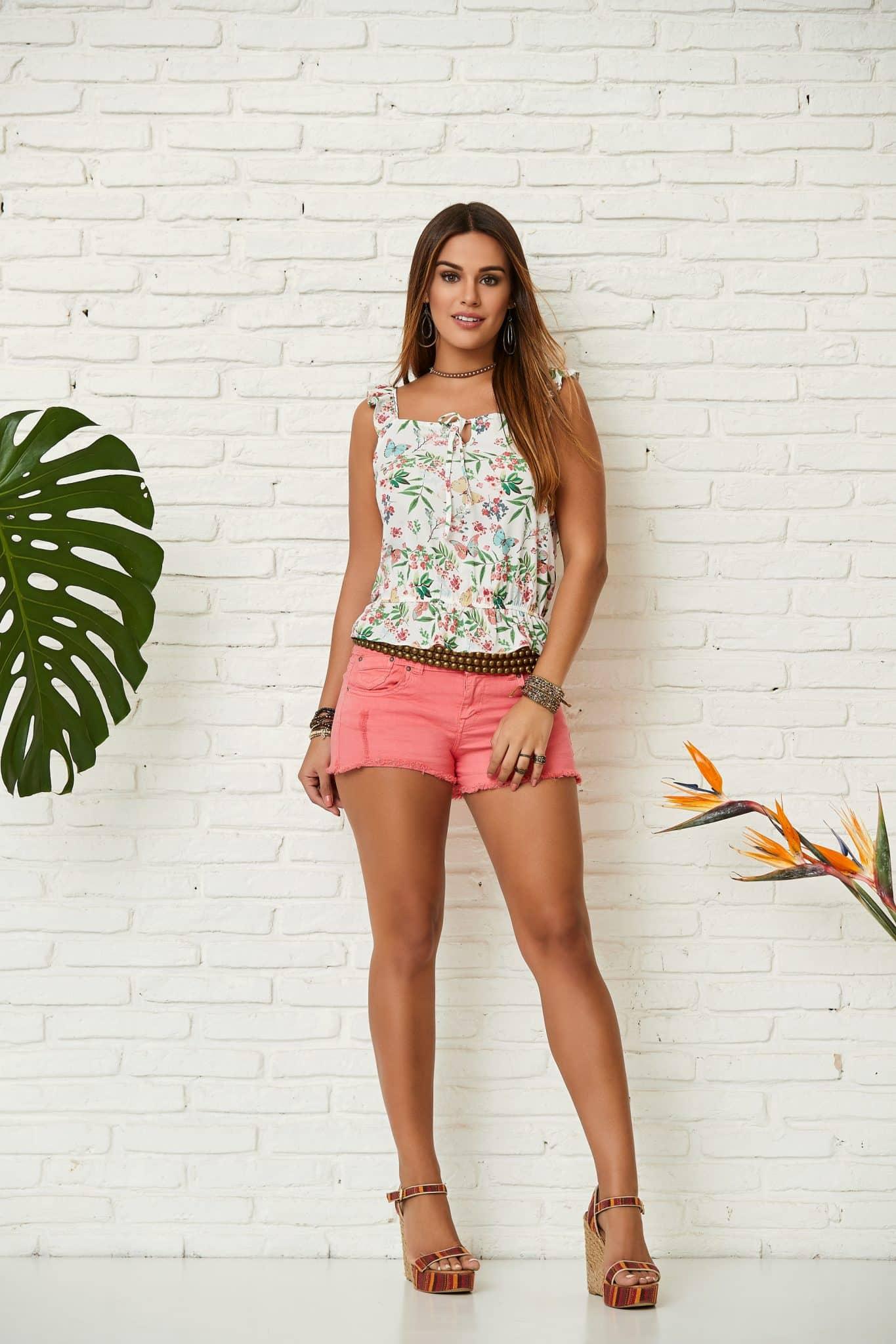 short rosa e blusa estampada