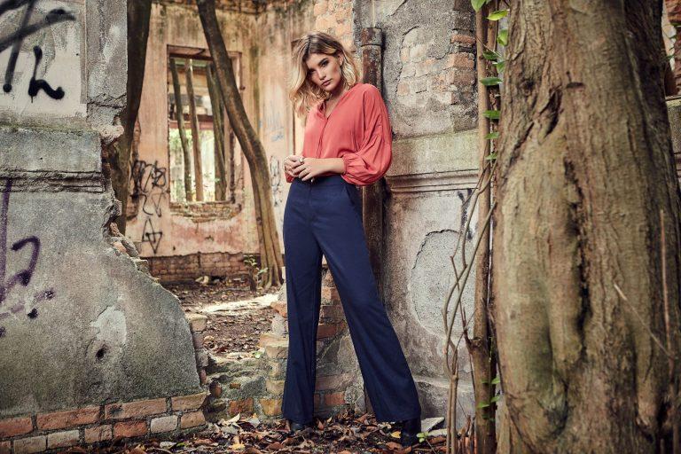 Modelo vestindo blusa com manga bufante e calça de boca larga