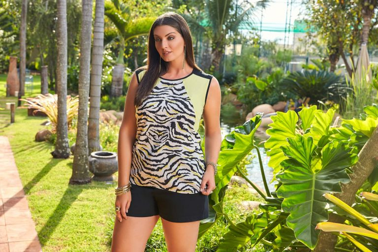 Modelo vestindo blusa animal print, tendência de primavera 2019