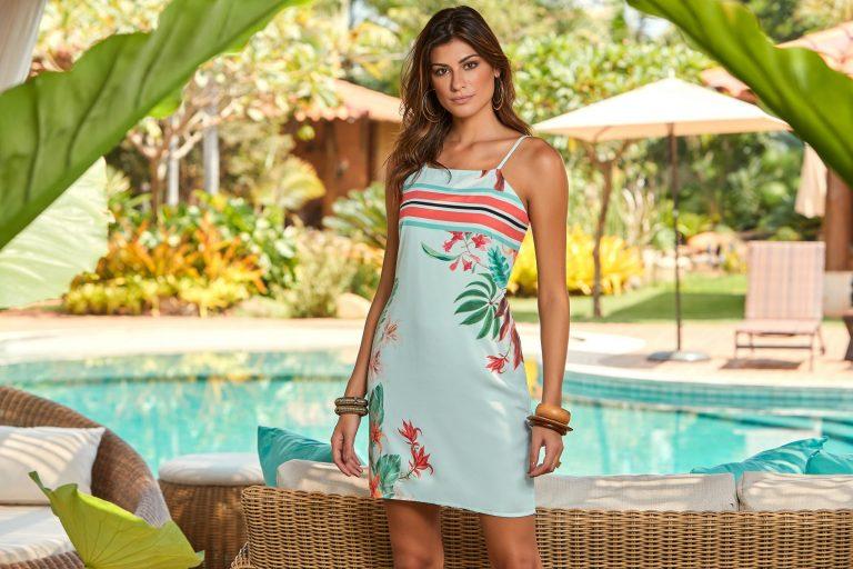 Modelo com vestido em mix de estampas, tendência de primavera 2019