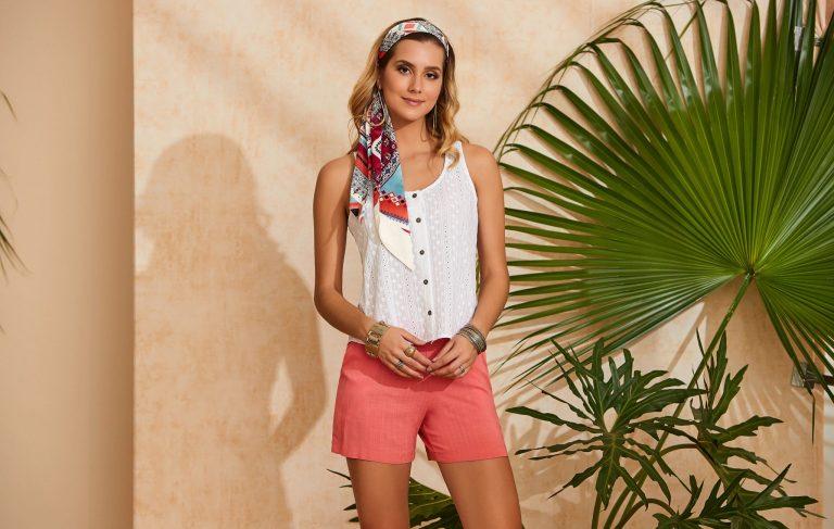 Mulher vestindo uma tendência de moda verão 2020, uma blusinha sem mangas em laise branca