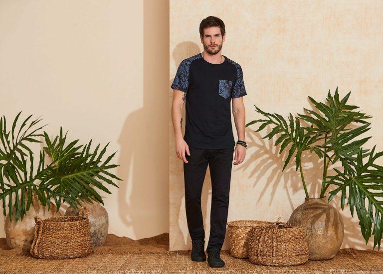 Homem vestindo uma tendência verão 2020, uma camiseta tie dye preta e cinza