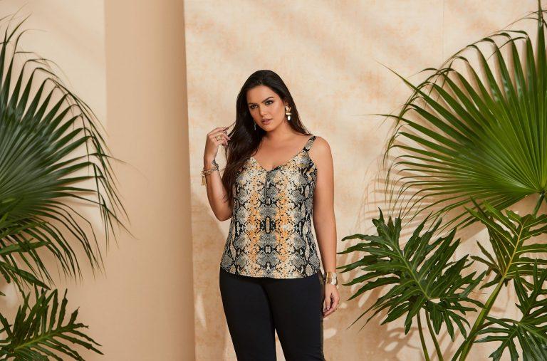 Mulher vestindo uma tendência de moda verão 2020, uma blusa com estampa animal print