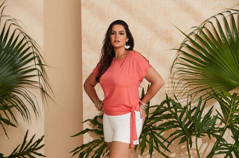 Mulher vestindo uma tendência de moda verão 2020, uma blusa rosa com amarração