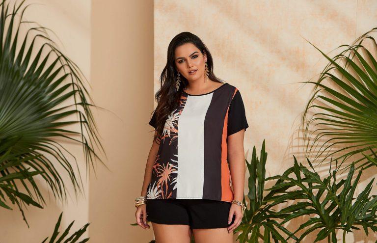 Mulher vestindo uma tendência de moda verão 2020, uma blusa com mix de estampas