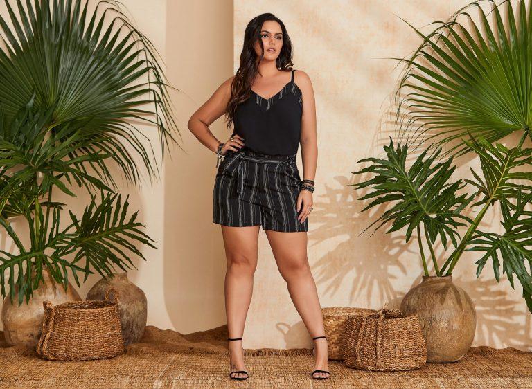 Mulher vestindo uma tendência de moda verão 2020, um conjuntinho listrado preto e branco
