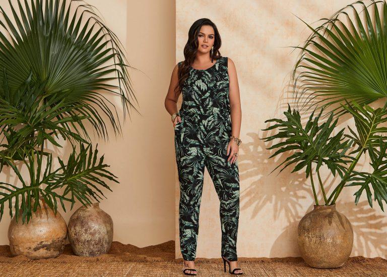 Mulher vestindo uma tendência de moda verão 2020, um macacão tropical verde e preto