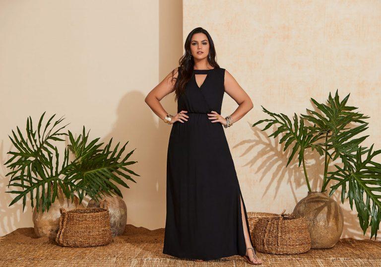 Mulher vestindo uma tendência de moda verão 2020, um vestido longo preto