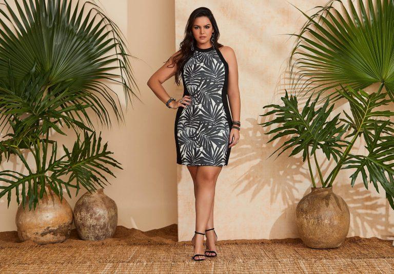 Mulher vestindo uma tendência de moda verão 2020, um vestido tropical preto e branco