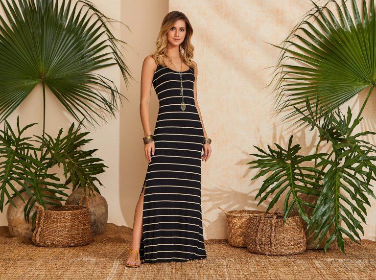 Mulher vestindo uma tendência de moda verão 2020, um vestido longo listrado