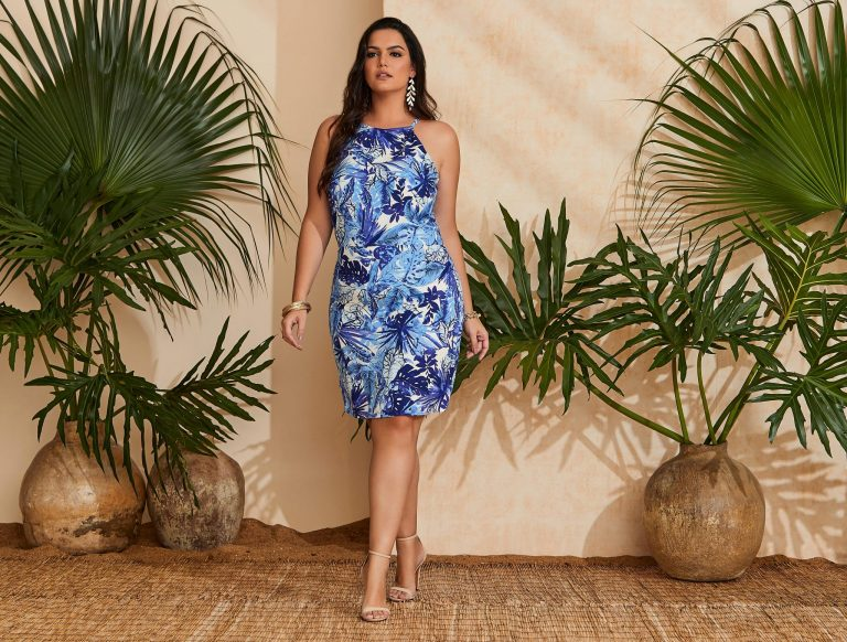 Mulher vestindo uma tendência de moda verão 2020, um vestido tropical azul e branco
