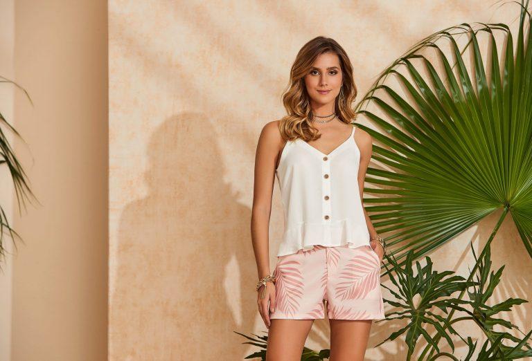 Modelo com cores verão 2020:  blusa branca e short tropical rosa