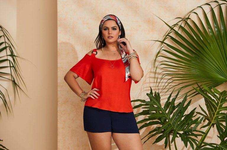 Modelo com cores verão 2020:  blusa laranja e short azul