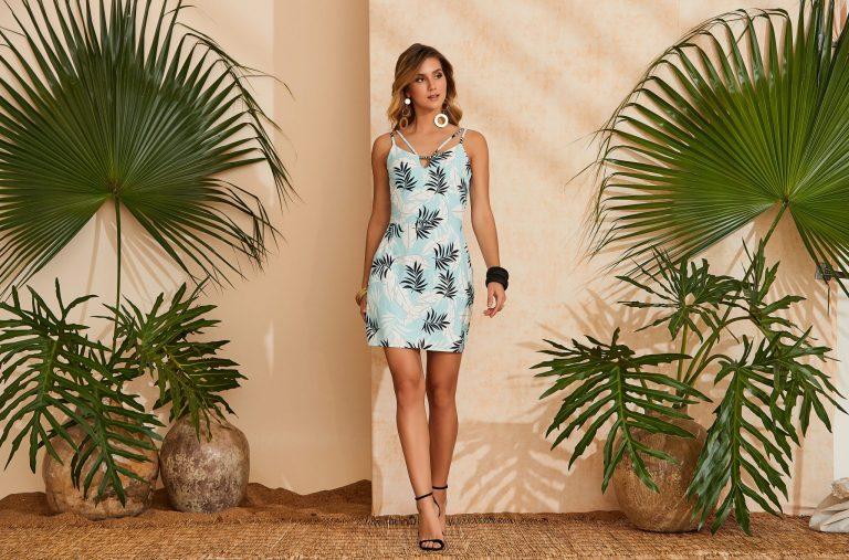 Modelo com cores verão 2020:  vestido tropical banco/preto/azul